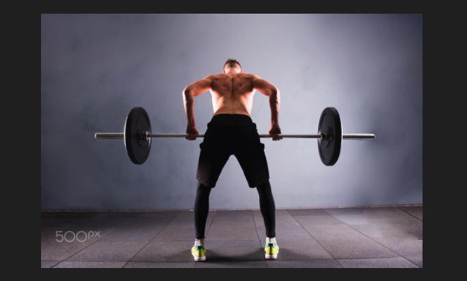 atleta alza peso concentrazione